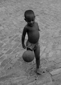 niño con pelotas